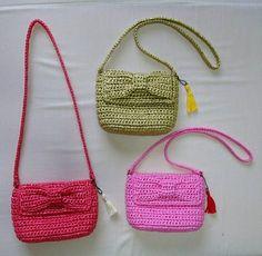 可愛い女の子には フタにリボンを付けた 春色のキッズポシェット! アクセントにタッセルもついてます スズランテープ素材で編んでいるので 水でサッと洗えるから便利! #スズランテープ #かぎ編み #キッズポシェット #リボン Diy Crochet Bag, Crochet Wallet, Crochet Baby, Crochet Handbags, Crochet Purses, Crochet Cross, Patchwork Bags, Girls Bags, Knitted Bags