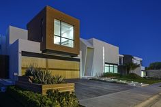 La arquitectura es la disciplina o arte encargado de planificar, diseñar y levantar edificios.