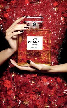 Премьера новогодних миниатюрных ароматов Chanel №5 и №5 Eau Premiere | Glamour.ru