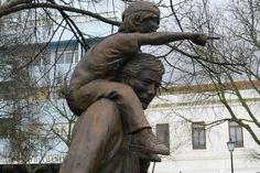 Na praça da República existe uma estátua de homenagem ao agricultor. Este monumento foi erigido pala CAP (Confederação dos Agricultores de Portugal) pelos seus 25 anos de existência (fundada em 24 de Novembro de 1975). Na base da estátua pode-se ler 'Monumento ao agricultor - Aqueles que da terra garantiram a iniciativa privada e a liberdade em Portugal' - Rio Maior | Portugal
