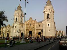 http://www.machupicchu-tours-peru.com/blog/info-lima/catedral-ciudad-lima  La Basílica Catedral de Lima ha sufrido tantas modificaciones con el paso de los siglos debido a los terremotos y continuas reformas, que los entendidos afirman que no se puede hablar hoy con referencia a ella de un estilo uniforme.