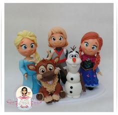 Topo de bolo com 5 personagens: Ana, Elsa,Kristoff, Sven e Olaf    Material: Biscuit    Tamanho: Bonecas com aproximadamente 12cm      Prazo de entrega:  45 dias úteis após confirmação do pedido. R$ 180,00 Bolo Frozen, Tarta Frozen Disney, Torte Frozen, Sven Frozen, Disney Cakes, Polymer Clay Figures, Polymer Clay Miniatures, Fondant Figures, Polymer Clay Projects