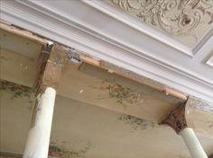 Décoffrage, sous les contreplaqués et enduits, les anciennes peintures, cachées pendant des décennies.....