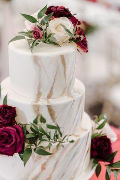White marbled wedding cake with burgundy and blush flowers - Madiow Photography Wedding Cake Boxes, Blush Wedding Cakes, Wedding Cake Red, Fall Wedding Cakes, Wedding Cake Designs, Dream Wedding, Wedding Cake Flowers, Burgundy And Blush Wedding, Burgendy Wedding