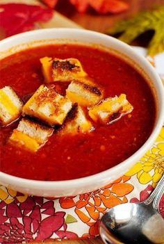 Томатный суп с сырными гренками  Ингредиенты:  1,2 кг помидоров, разрезать вдоль пополам,  2 столовые ложки оливкового масла,  соль и перец,  4 зубчика чеснока,  1/4 чайной ложки сушеного тимьяна,  1/4 чайная ложка измельченного красного перца хлопьями,  1 л куриного или овощного бульона,  8 ломтиков чиабатты (или хлеб по выбору), размягченное сливочное масло, 8 ломтиков сыра чеддер.