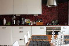 keittiö,keittiön kaapit,pöytä,kaakelit,ruusu,punainen,keittiön sisustus,keittiön välitila