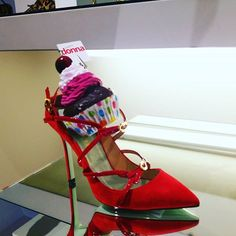 Non resiste alla tentazione di provare scarpe il #FashionCupcakel . #mfw #fashionshow #milanfashionweek #sfilate #cameradellamoda #instagood #giannico #mfwfw18 #milano #fashionblogger #streetstyle #all_shots #art #beautiful #contrast #foto #photographie #photographs #photographylovers #picoftheday #pictureoftheday #portrait #silhouette #vsco #vscocam #vscocamphotos