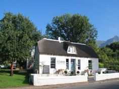 Cottage in Swellendam, South Africa Beautiful Places To Visit, Oh The Places You'll Go, Interesting Photos, Cool Photos, Provinces Of South Africa, All About Africa, Unusual Homes, Travel Info, Holiday Activities