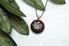 Handbestickt Halskette Anhänger - Bouquet von blau und lila Blumen - Deep Plum-Leinen-Baumwoll-Stoff - Antik Bronze Gold