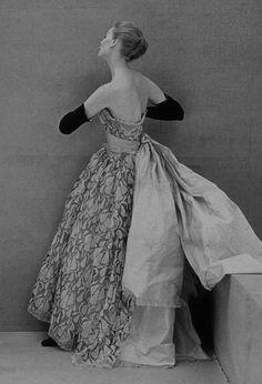 Cristóbal Balenciaga, robe du soir en dentelle de Dognin, 1951. Griffe EISA (Espagne) © Florian Kleinefenn. Modèle conservé à la Cité de la dentelle et de la mode, Calais.