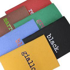 Σημειωματάρια 12 x 17 εμπνευσμένα από τη φράση του Kandisky «Το χρώμα είναι η παγκόσμια γλώσσα της ψυχής». Κάθε σημειωματάριο είναι ένας διάλογος συμπληρωματικών χρωμάτων και έχει δύο μοναδικά εξώφυλλα (ιταλικά και αγγλικά). Περιέχουν 64 σελίδες λευκό ανακυκλωμένο χαρτί