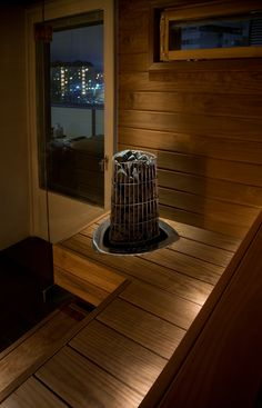 Saunaoven vieressä lasiseinä tuo saunasi esille! Spa, Eten