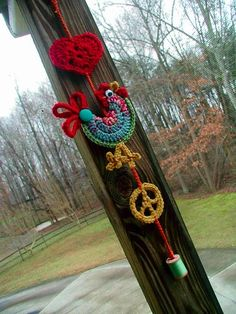 Fiddlesticks - My crochet and knitting ramblings.: Found my crochet mojo! there's a link for the peace sign pattern . the rest of the photo is just inspiration! Crochet Birds, Crochet Motifs, Love Crochet, Crochet Animals, Crochet Flowers, Crochet Patterns, Crochet Decoration, Crochet Home Decor, Crochet Crafts