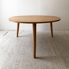 3本脚テーブル1300φホワイトオーク @198.000円+tax+送料  既製品にはない、Yチェアなどのアームチェアが6本並ぶテーブルです。  受注生産で、45日後にお届けができます。 Table, Furniture, Home Decor, Dinner Table, Essen, Decoration Home, Room Decor, Tables, Home Furnishings