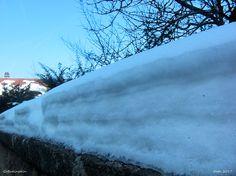 Schnee in der Nachmittagssonne auf der Mauer zum Klostergarten, Gößweinstein, Fränkische Schweiz, Bayern, Deutschland