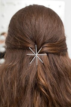 12 Gorgeous Bobby Pin Hairstyles You Can Create in Minutes Use your bobby pins to elevate a simple hairstyle like this half updo Bobby Pin Hairstyles, Pretty Hairstyles, Latest Hairstyles, Diy Beauty Room, Tips Belleza, Hair Accessories For Women, Love Hair, Beauty Trends, Hair Hacks