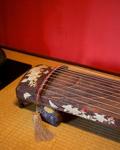 a Japanese musical instrument. Go To Japan, Japan Art, Koto Instrument, Traditional Japanese Art, Japanese Style, Old Musical Instruments, Kanazawa, Korean People, Japanese Interior
