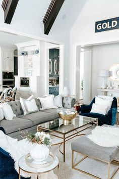 Bright White and Gold Christmas Living Room - Madelaine Siggery Gold Room Decor, Blue Living Room Decor, Gold Rooms, Living Room White, Apartment Color Schemes, Bright Apartment, House Of Chic, Gold Christmas, Christmas Decor