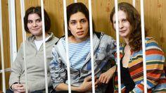 """Die drei Mitglieder von """"Pussy Riot"""" hinter Gittern auf der Anklagebank: Nadeschda Tolokonnikowa (Mitte), Maria Aljochina (rechts) und Jekaterina Samuzewitsch"""