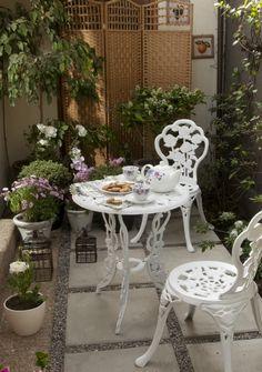 El jardín provenzal es delicado, fino y sencillo. Priman los tonos claros y las macetas de diferentes tamaños. ¡Pinéalo en #MiJardinPerfecto!  #Primavera  #Deco #Terraza # #Hogar #easychile #easytienda #easy #Concurso #Jardin Outdoor Furniture Sets, Outdoor Decor, Sweet Home, Chocolate, Home Decor, Ideal House, Gardens, Provence Garden, Light Shades