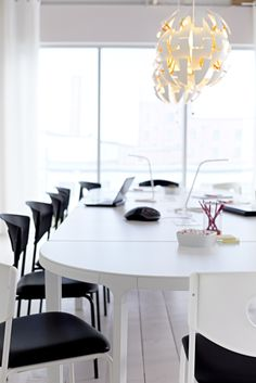 BEKANT desks come in a variety of finishes and configurations to suit the functional needs of your office while maintaining a clean and cohesive look.