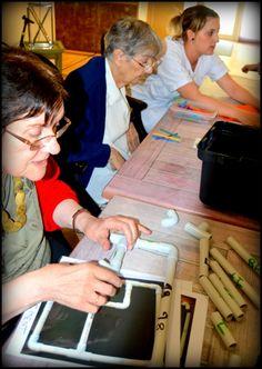 Maison de retraite ,EHPAD,personnes âgées, séniors,Montessori,A travers cet atelier de manipulation, nos objectifs sont multiples:  -Reproduire l'organisation dans l'espace d'un ensemble limité d'objets.  -habilitée motricité liée à la coordination du geste  -Adapter son geste aux contraintes matérielles (instruments, supports, matériels).      -Redécouvrir les objets techniques usuels. (Leur usage et leur fonctionnement: à quoi ils servent, comment on les utilise) -etc. ...