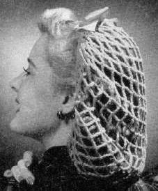 Nothing keeps the hair tame like a snood. This crocheted snood pattern is from the Complete Guide to Modern Knitting and Crochet, from Here's the pattern. More vintage knit patterns Crochet Hair Accessories, Crochet Hair Styles, Vintage Crochet Patterns, Vintage Knitting, Knit Patterns, Tricot Simple, Snood Pattern, Free Pattern, Crochet Snood