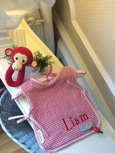 Babero entero doble; parte delantera con tela vichy y con .. toalla roja ( rizo americano). Para los baby's un poco más grandotes....