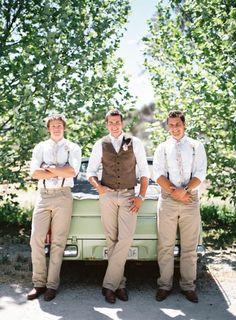 Foto 6 de 6 Padrinos de boda con mangas arremangadas y tirantes y novio con chaleco | HISPABODAS
