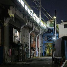 夜散歩のススメ「ガード下住居と電車」神奈川県横浜市鶴見区