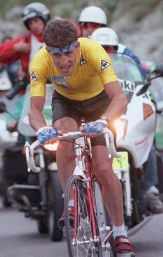 Pedro Delgado cabalga durante la etapa 13 del Tour de Francia, una contrarreloj individual entre Grenoble y Villard-de-Lans 15 de julio de 1988. Delgado gana la etapa en su camino a ganar su primer Tour de Francia.