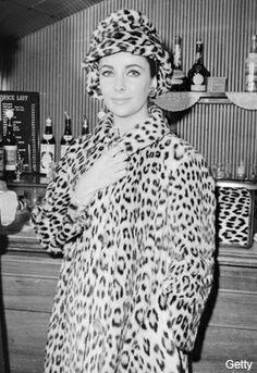 Liz Taylor con abrigo de leopardo en el Savile Theatre en 1963.