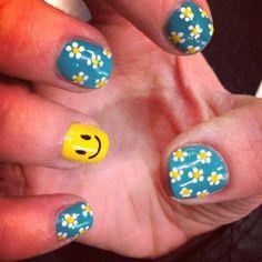Daisy nail design with a smiley face Nail Designs 2015, Black Nail Designs, Beautiful Nail Designs, Cute Nail Designs, Pretty Designs, Daisy Nails, Flower Nails, Nail Art Harry Potter, Cute Nails