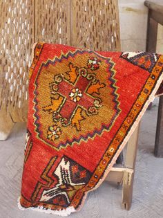 Etsy のTurkish Rug, Vintage Rug, Decorative Faded Rug, Free Shipping 2.1 x 1.7 Handmade Small size Rug, Ethnic Rug, Red Color Rug, Boho Rug(ショップ名:KilimDesignsTR)