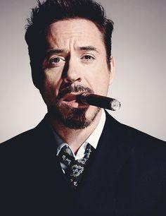 Celebrity Smoking Cigar : Robert Downey JR