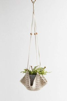 Diy Macrame Wall Hanging, Macrame Hanging Planter, Hanging Planters, Macrame Art, Macrame Plant Holder, Decoration Plante, Home Decoration, Macrame Projects, Diy Planters