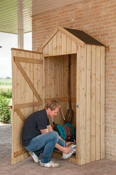 GODT GRUNNLAG: Sørg gjerne for at hageskapet står stødig, og fest det til vegg om du kan.