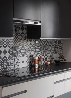 Black & White Marion Lanoë Interior designer and decorator Lyon White Kitchen Decor, Home Decor Kitchen, New Kitchen, Home Kitchens, Modern Kitchen Interiors, Modern Kitchen Design, Interior Design Kitchen, Kitchen Wall Tiles, Kitchen Backsplash