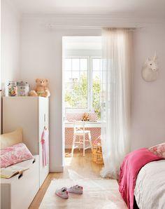 Dormitorio infantil Armario bajo lacado en blanco, visillos y silla Inglof, todo de Ikea. La cabeza de unicornio se adquirió en Butlers.
