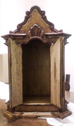 ORATÓRIO BARROCO - Oratório feito à mão, em madeira, pintura barroca envelhecida, para imagens de 30 cm. Várias cores barrocas. <br> <br>Largura interna: 10cm <br>Altura: 45 cm <br>Comprimento : 25 cm