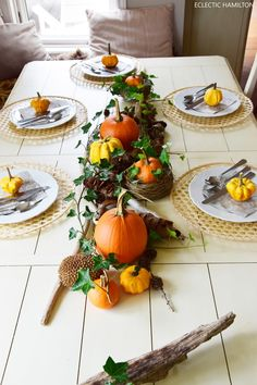 Tischdeko herbst naturmaterialien  Herbstliche Tischdeko mit Kürbissen | Efeu, Naturmaterialien und ...