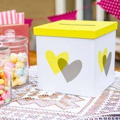 Süße Briefbox für die Hochzeit mit Herzen in Gelb und Grau