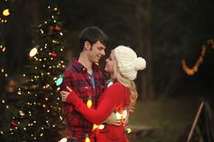Engagement Photo This beautiful engagement photo idea truly captures the spirit of the holiday season.