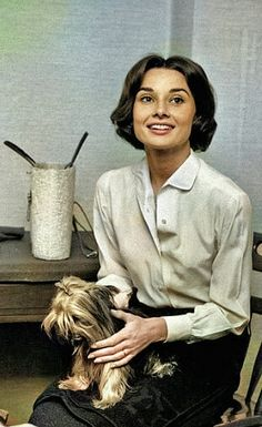 Audrey Hepburn Photos, Audrey Hepburn Style, Aubrey Hepburn, Casual Kate Middleton, The Nun's Story, Old Hollywood Actresses, Mode Vintage, Vintage Style, Mode Inspiration