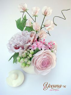 Exquisite sugar flowers  Flores en azúcar / Sugarflower by YOCUNA TARTAS DECORADAS, via Flickr