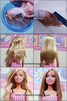 Alisar Cabelo de Bonecas > 1- Deixe-a sem acessórios. 2- Enrole um papel filme na boneca. 3- Lave o cabelo com detergente neutro e enxague. 4- Em uma vasilha coloque amaciante de roupas e deixe o cabelo da boneca de molho por alguns minutos. Depois penteie e enxague. 5- Coloque ela de pé e penteie o cabelo deixando-o reto. 6- Jogue água morna no topo da cabeça (cabelo liso e sem volume). 7- Jogue água gelada no topo da cabeça (cabelos brilhantes). 8- Deixe a boneca secar de um dia para o…