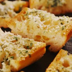 secret to really good garlic bread is to keep it simple. And to use a lot of cloves for one loaf! Get the recipe art .The secret to really good garlic bread is to keep it simple. And to use a lot of cloves for one loaf! Get the recipe art . Think Food, Love Food, Snacks, Appetizer Recipes, Party Appetizers, Dinner Recipes, Sandwich Recipes, Dinner Ideas, Food Videos