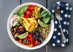 Skjær opp alle ingrediensene til tomatsalsaen og ha dem i en liten bolle. Smak til med chili og lime til du får ønsket styrke på tomatsalsaen. Smak deretter til med finhakket koriander. La salsaen… Taco Bowls, Tex Mex, Enchiladas, Cobb Salad, Acai Bowl, Vegetarian Recipes, Spicy, Tacos, Chili