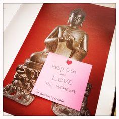 'Keep calm and love the moment' quote op een post-it, achtergelaten in een bibliotheekboek. #deelinspiratie