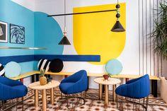 Casa colorida, decoração colorida, apartamento colorido, com poltronas azuis, plantas, parede azul, parede amarela.